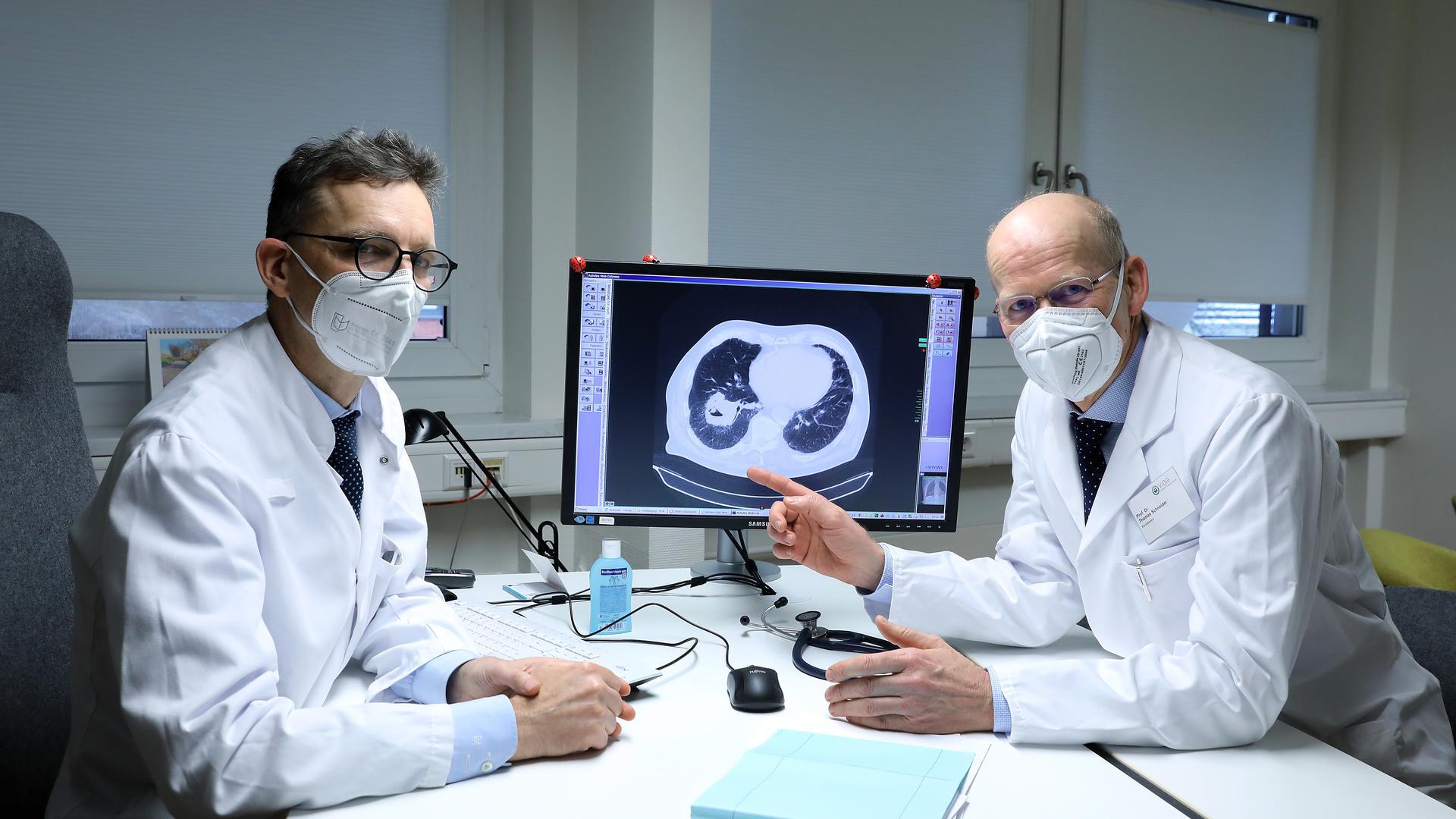 Im Kampf gegen den Tumor: Konstantin Mayer (links) und Thomas Schneider, die ViDia-Chefärzte für Pneumologie und Thoraxchirurgie,  arbeiten im renommierten Lungenzentrum eng zusammen.