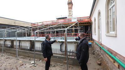 Die Baustelle im Blick: Bäderchef Oliver Sternagel (rechts) und Architekt Volker Knodel besuchen den früheren Westhof des Vierordtbades, der sich in einen Solehof verwandelt. Im hinteren Teil entsteht eine Karl-Wilhelm-Sauna.