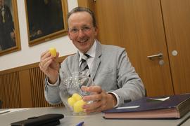 Glücksfee im Großen Sitzungssaal: Bürgermeister Albert Käuflein zog Lose, um die Rangfolge der ersten fünf Bewerber auf dem Stimmzettel zu bestimmen.
