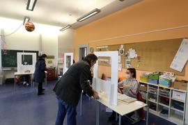© Jodo-Foto /  Joerg  Donecker// 14.03.2021 Wahllokal zur Landtagswahl 2021 in der Kimmelmannschule,  Foto:      -Copyright - Jodo-Foto /  Joerg  Donecker Sonnenbergstr.4  D-76228 KARLSRUHE TEL:  0049 (0) 721-9473285 FAX:  0049 (0) 721 4903368  Mobil: 0049 (0) 172 7238737 E-Mail:  joerg.donecker@t-online.de Sparkasse Karlsruhe  IBAN: DE12 6605 0101 0010 0395 50, BIC: KARSDE66XX Steuernummer 34140/28360 Veroeffentlichung nur gegen Honorar nach MFM zzgl. ges. Mwst.  , Belegexemplar und Namensnennung. Es gelten meine AGB.