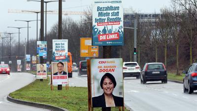 Ganz schön bunt: Die Parteien schwören die Karlsruherinnen und Karlsruher mit Tausenden Plakaten auf die Landtagswahl im März ein.