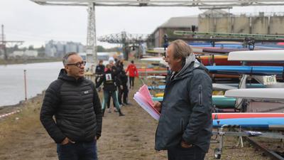 Im Regen unterwegs: Wahlkämpfer und OB-Kandidat Sven Weigt war am Wochenende unter anderem im Rheinhafen bei einer Kanu-Meisterschaft, hier mit Wettkampforganisator Detlef Hofmann (rechts).