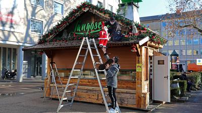 Schluss mit Weihnachtsmarkt: Wie hier am Friedrichsplatz bauen alle Schausteller ihre Buden zum Beginn des Lockdowns ab.
