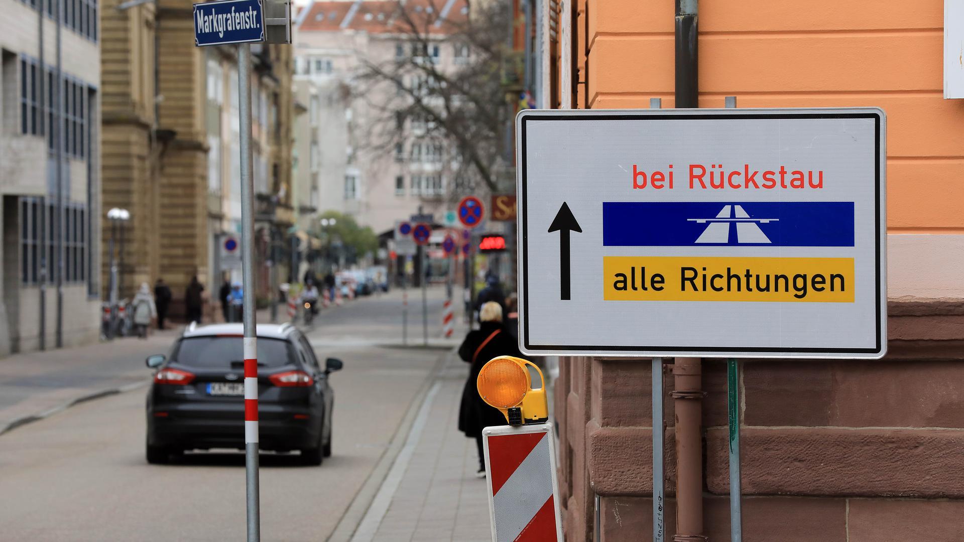 Freie Bahn: In der Weihnachtszeit dürfen die Autofahrer vom Rondellplatz über die Markgrafenstraße am sonst gesperrten Lidellplatz (hinten) vorbei nach dem Einkauf die City verlassen.