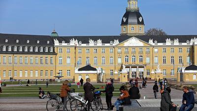 Frühlingserwachen: Bei blauem Himmel und zweistelligen Plus-Temperaturen zog es viele Karlsruher in den Sonnenschein.