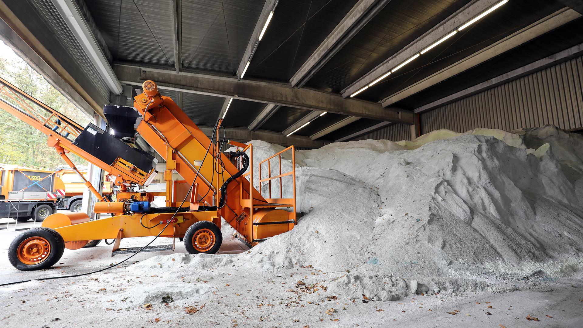 Die Lager sind voll. Das Amt für Abfallwirtschaft kann auf rund 6.500 Tonnen Streusalz zurückgreifen