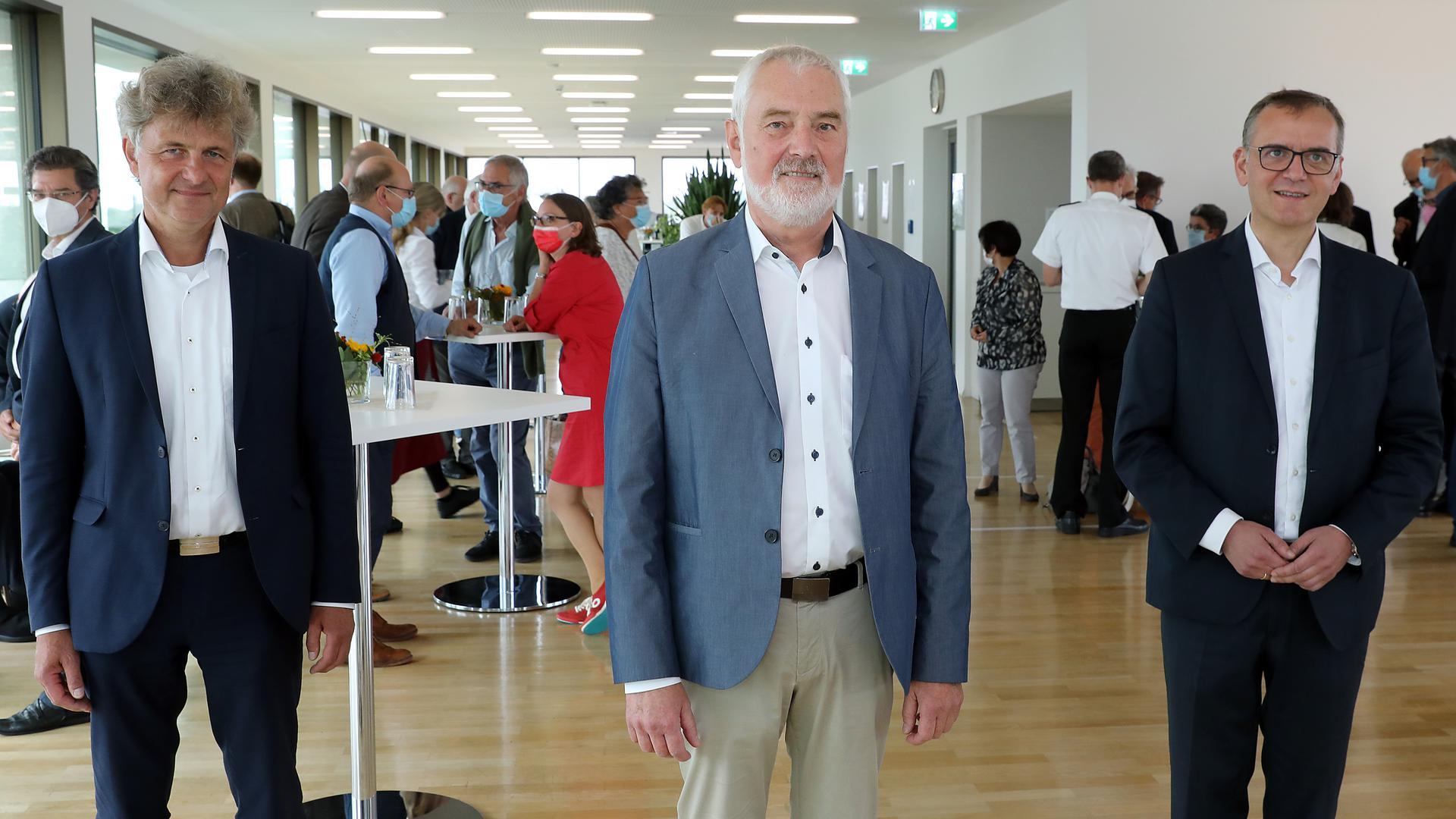 Ende einer Ära: Nach mehr als 26 Jahren an der Spitze des städtischen Presseamts ist Bernd Wnuck (Mitte) von Oberbürgermeister Frank Mentrup verabschiedet worden. Sein Nachfolger ist Tobias Jüngert (rechts).