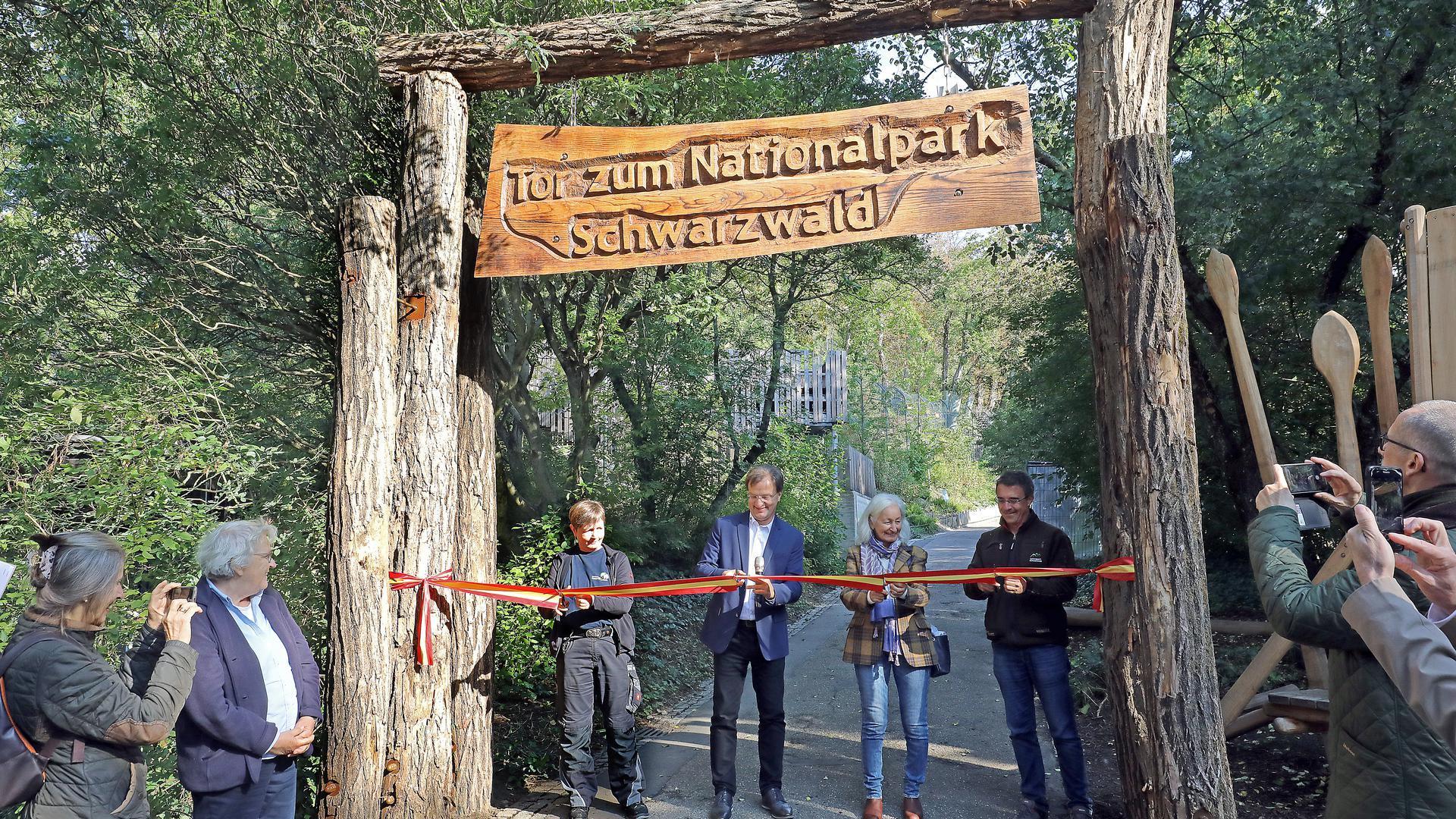 Einweihung der Luchs-Anlage am Lauterberg im Zoo Karlsruhe: Dagmar Bauer, Matthias Reinschmidt, Verena Schiltenwolf und Marc Förschler zerschneiden das Band.