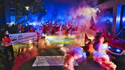 9.12.2020: DRK im Tarifstreit. Weil die Beschäftigten des DRK wegen der angerufenen Schlichtung durch den Arbeitgeber nicht streiken dürfen, zünden rund 40 Kolleginnen und Kollegen des DRK-Kreisverbands Karlsruhe in ihrer Freizeit vor der DRK-Rettungswache in Neureut-Sandfeld symbolisch ein Leuchtfeuer, um auf sich aufmerksam zu machen.