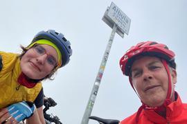 Die Karlsruherin Ingeborg Meyer (rechts) und Violetta Schneider auf der Albula-Passhöhe bei ihrer Alpenüberquerung per Fahrrad im August 2021