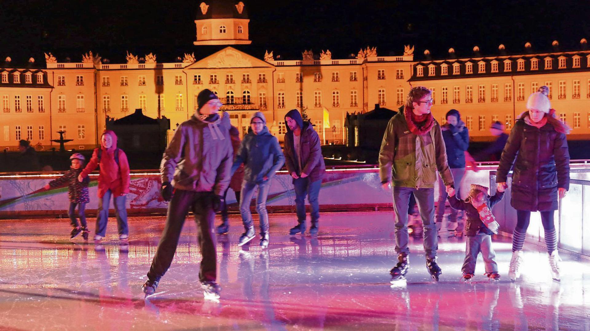 Eisiges Vergnügen: Die Schlittschuhfläche am Karlsruher Schloss soll trotz Corona Ende November eröffnet werden.