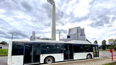 Der Elektro-Bus, der kontaktlos geladen werden kann, steht an der Bushaltestelle neben dem Innocampus-1-Gebäude im Karlsruher Rheinhafen.