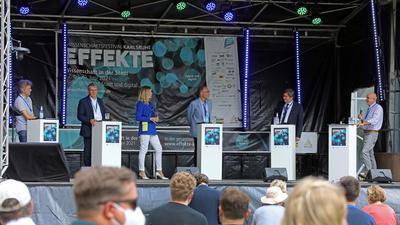 "Prominent besetzt: Karlsruhes Oberbürgermeister Frank Mentrup (von links) eröffnete das Festival ""Effekte"" gemeinsam mit Holger Hanselka (KIT), Moderatorin Hanna Sophie Lüke, Frank Artinger (HKA), Christian Gleser (PH Karlsruhe) und Peter Gilbert (Schülerakademie Karlsruhe)"