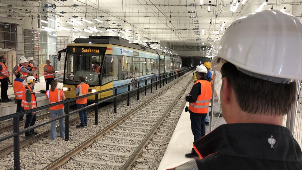 Unter Aufsicht: Ein großes Aufgebot von Experten der VBK und der Kasig begleitete die erste Testfahrt im Tunnel. Die Öffentlichkeit war ausgeschlossen.