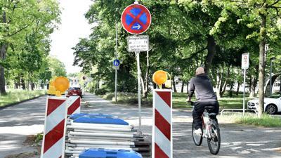 Vorboten eines Verbots: Wegen erster Belagsarbeiten ist schon jetzt das Parken in der Erzbergerstraße eingeschränkt.
