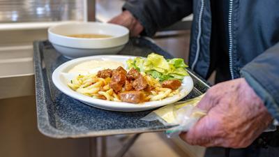 Ein Mann bekommt in der Fürstlichen Notstandsküche im Schloss St. Emmeram ein Essen. In der Notstandsküche werden bedürftige Menschen mit einem warmen Mittagessen versorgt. Die Einrichtung feiert ihr 100-jähriges Bestehen. (zu dpa: «Drei-Gänge-Menü für Bedürftige - 100 Jahre Fürstliche Notstandsküche»)