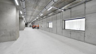 Event-Raum mit Aussicht: Durch die großen Fenster blickt man auf die Bahnsteige unterhalb.