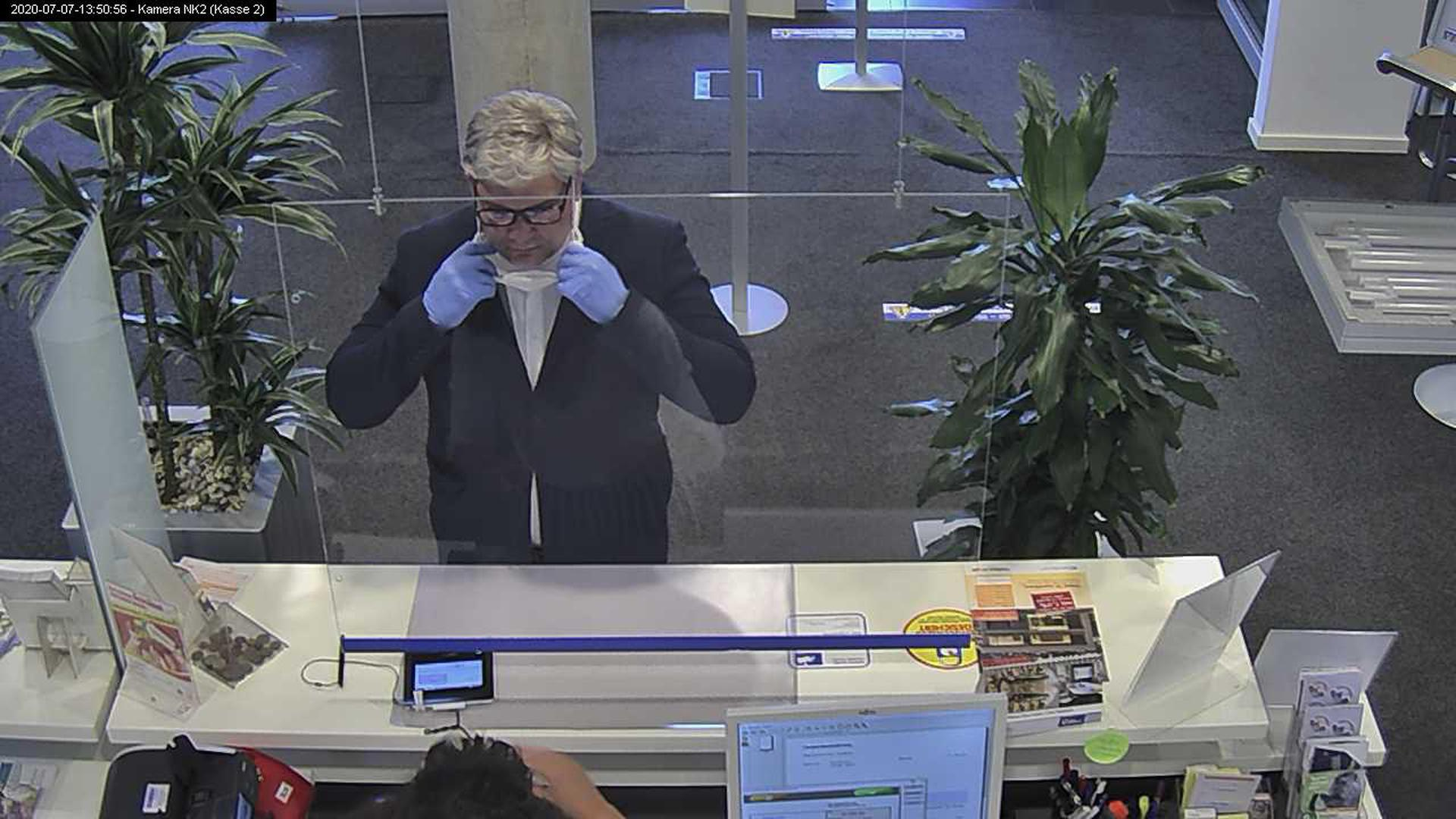 Betrug: Per Fernsehfahndung sucht die Polizei nach diesem Mann. Er hatte im vergangenen Sommer mit falschen Papieren 80.000 Euro in bar von einem fremden Bankkonto abgehoben.
