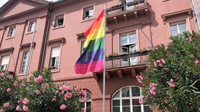 Signal am Marktplatz: Vor dem Karlsruher Rathaus weht am Mittwoch die Regenbogenflagge.