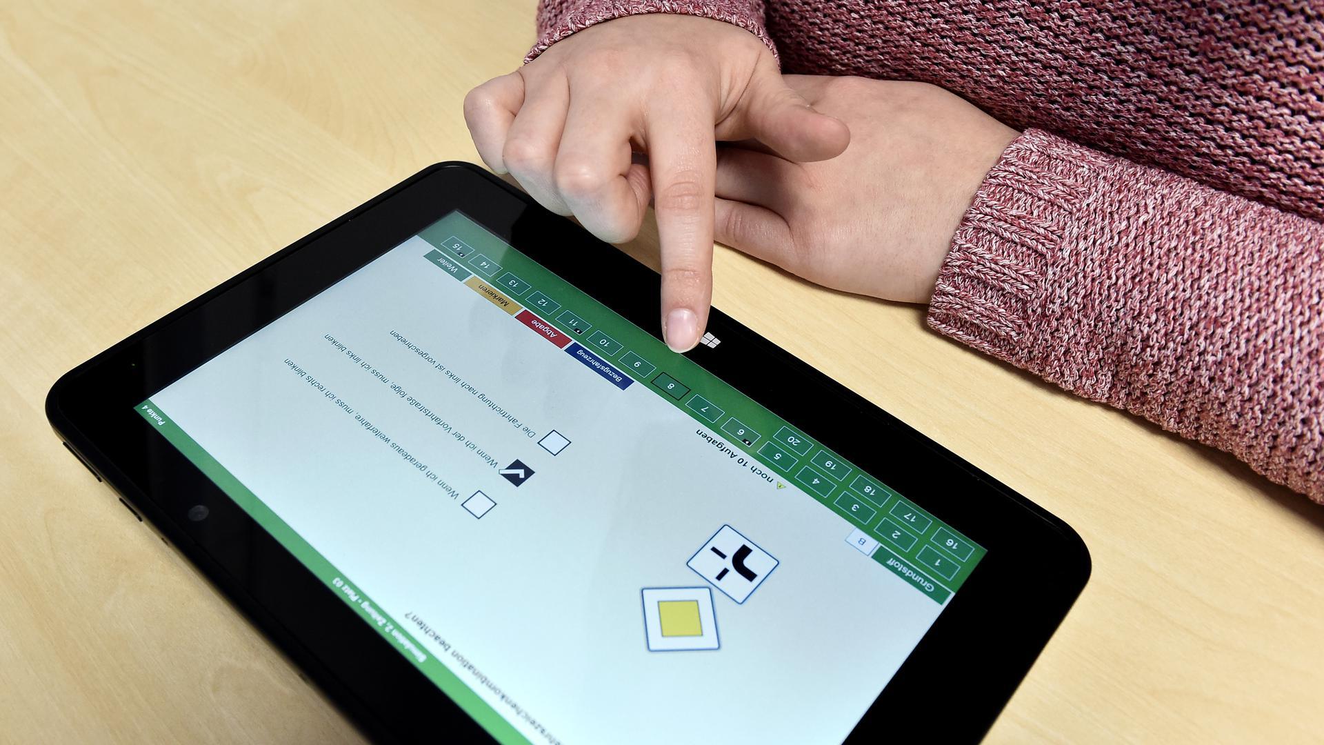 Dreißig Fragen aus unterschiedlichsten Themengebieten: Auf dem Tablet müssen die Prüflinge aus allen Antwortmöglichkeiten die richtige(n) auswählen.