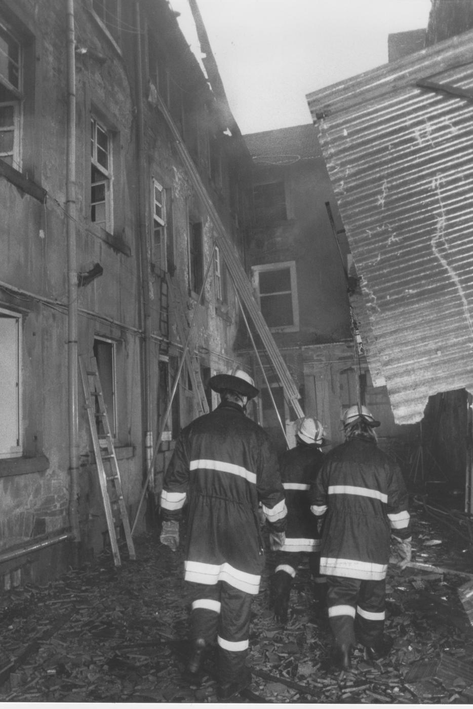 Tod im Hinterhof: Ein Mann kam zu Tode, als er einen waghalsigen Sprung nach unten wagte. Flammen und Rauch hatten ihm offenbar den Weg durchs Treppenhaus versperrt.