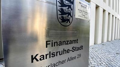 Der Briefkasten am Finanzamt in Karlsruhe-Stadt, Durlacher Allee 29.
