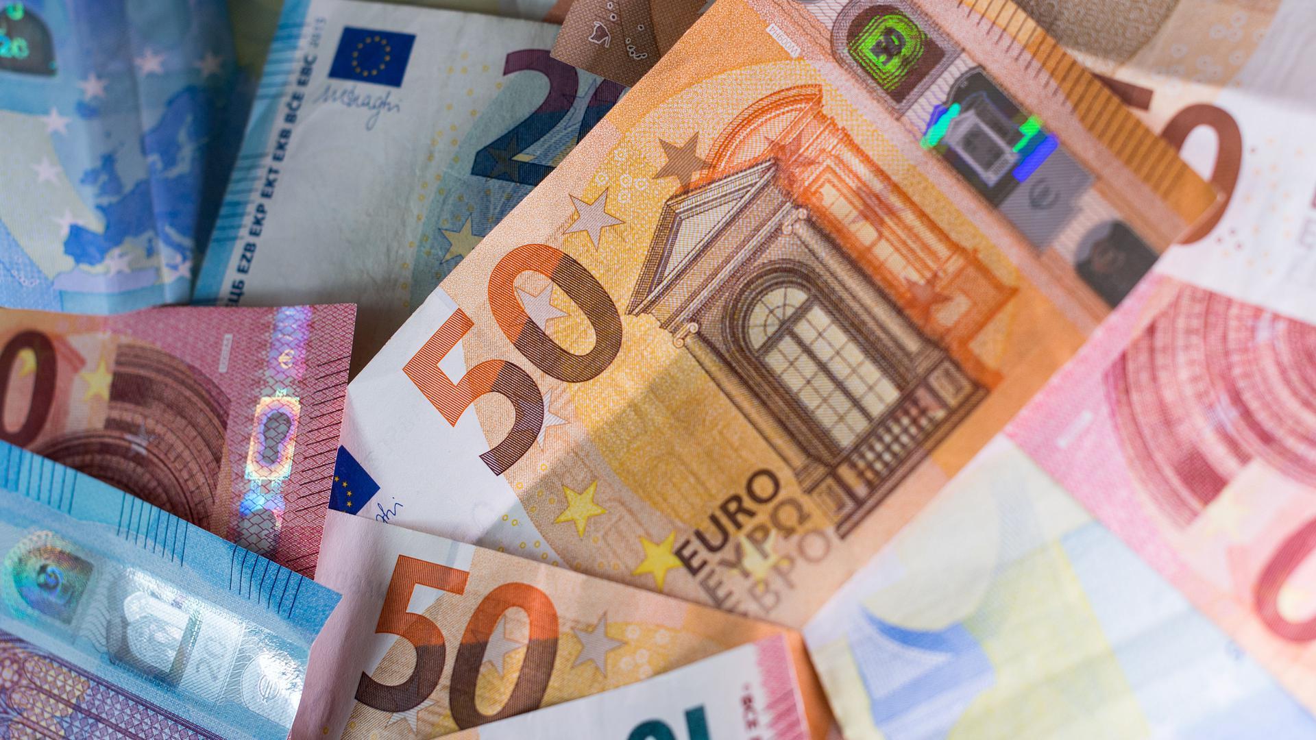 """ARCHIV - 04.12.2018, Sachsen, Dresden: ILLUSTRATION - Zahlreiche Banknoten liegen auf einem Tisch. In Brandenburg sind bis Mitte Oktober rund817,9Millionen Euro zur Bekämpfung der Corona-Pandemie ausgezahlt worden. (zu""""Knapp 818 Millionen Euro an Corona-Hilfen ausgezahlt"""") Foto: Monika Skolimowska/dpa-Zentralbild/dpa +++ dpa-Bildfunk +++   Verwendung weltweit"""