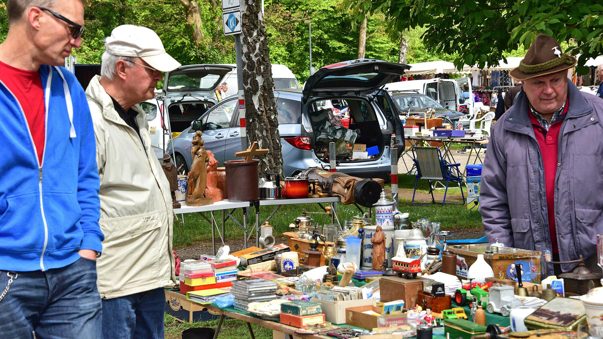 Alte Bierkrüge, Modellautos und allerlei Nippes sind an den Ständen des Flohmarkts auf dem Birkenparkplatz zu finden.