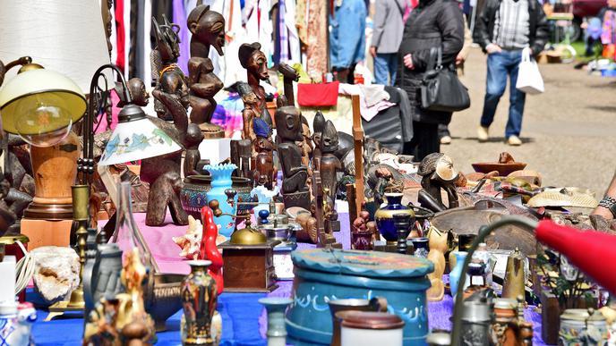 Von Omas Kaffeemühle bis zu afrikanischen Kunst-Objekten gibt es auf dem Flohmarkt beim Wildparkstadion allerlei zu entdecken.