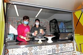 Marina Šimić und Naima Farrokhzadian in ihrem Foodtruck