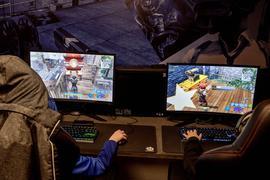 Zwei Kinder spielen das Online-Spiel Fortnite.