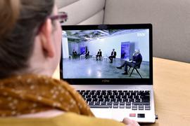 Die Diskussionsrunde auf einem Laptop-Bildschirm