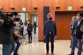 Frank Mentrup spricht am Wahlabend im Karlsruher Rathaus mit Reportern und Anhängern.