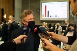 Frank Mentrup gibt nach der Auszählung der Stimmen der OB-Wahl in Karlsruhe im Rathaus Interviews.