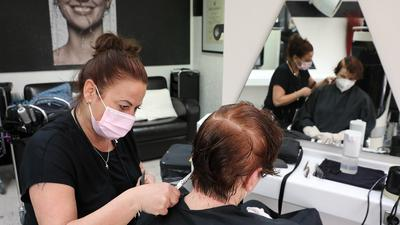 Friseurin Melanie Schäfer macht einer Kundin die Haare.