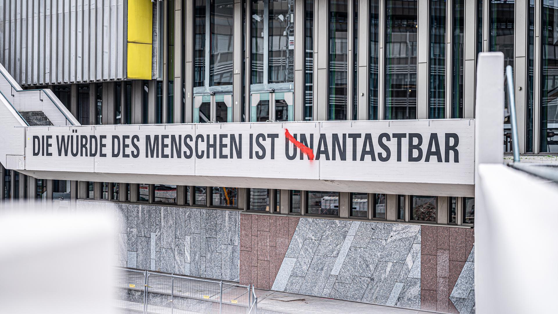 """Am Freitag hatten Karlsruher Kulturschaffende vor dem Badischen Staatstheater demonstriert. Der Schriftzug  """"Die Würde des Menschen ist unantastbar"""" wurde verändert."""
