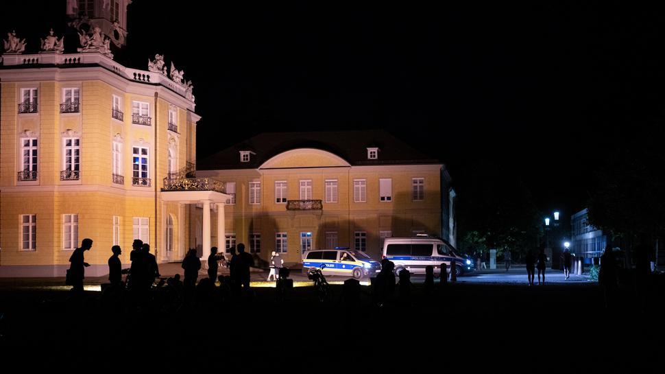 Nachtschwärmer im Blick: Die Beamten haben ein wachsames Auge auf die nächtlichen Ereignisse rund ums Schloss.