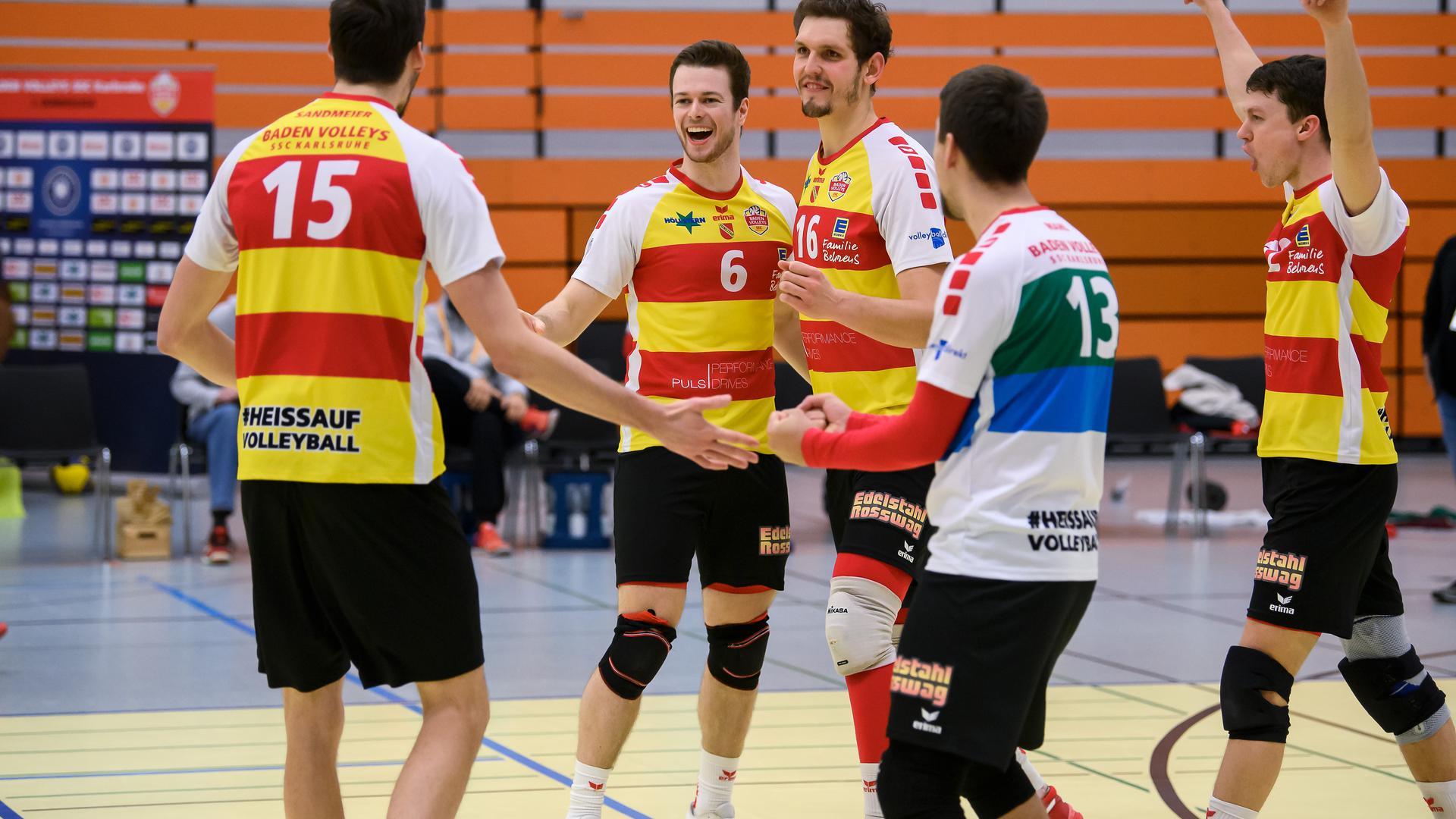 Jubel bei Karlsruhe. Jonathan-Leon Finkbeiner (SSC) und Jonathan-Leon Finkbeiner (SSC) (von links) freuen sich ueber den Punkt von Jens Sandmeier (SSC), links.  GES/ Volleyball/ 2. Bundesliga-Sued: Baden Volleys SSC Karlsruhe - Blue Volleys Gotha, 05.12.2020 --