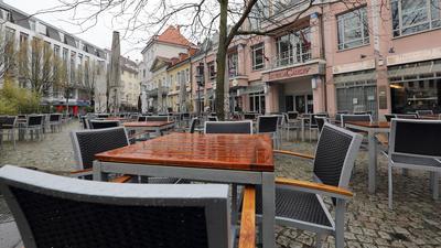 Leere Stühle auf dem Ludwigsplatz