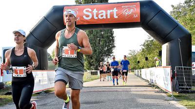 Start zum Halbmarathon mit Abstand: Zwei besondere Ersatzläufe für den 38. Fiducia & GAD Baden-Marathon  ohne Zuschauer wurden am Sonntagfrüh im Albgrün bei der Günther-Klotz-Anlage gestartet.