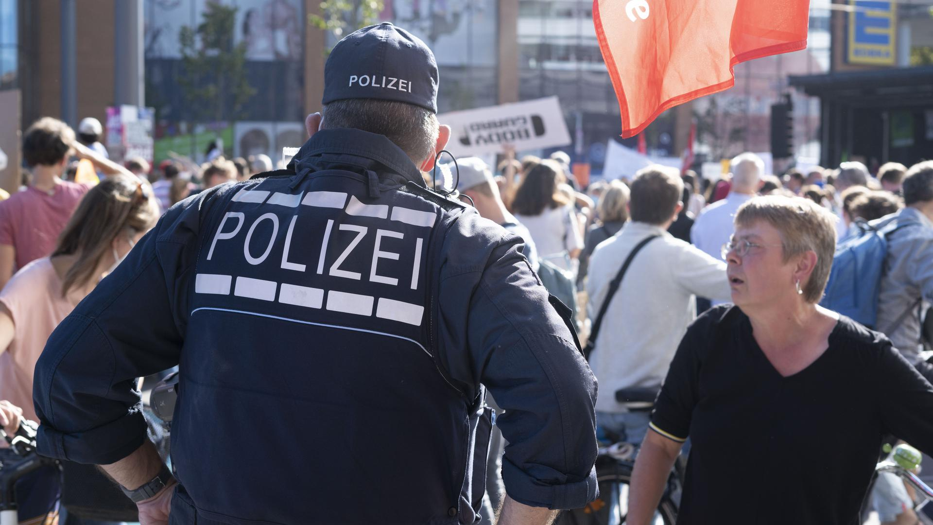 Polizei spricht mit Frau