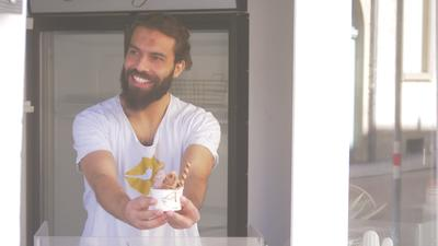 Ihab Awad hinter der Eistheke im Goldzünglein