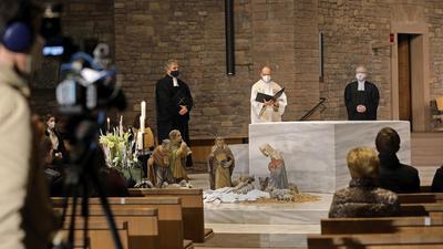 © Jodo-Foto /  Joerg  Donecker// 25.12.2020 Gottesdienst an Heiligabend mit Dekan Streckert, Dekan Schalla und Martin Reppenhagen in St. Stephan,                                                              -Copyright - Jodo-Foto /  Joerg  Donecker Sonnenbergstr.4  D-76228 KARLSRUHE TEL:  0049 (0) 721-9473285 FAX:  0049 (0) 721 4903368  Mobil: 0049 (0) 172 7238737 E-Mail:  joerg.donecker@t-online.de Sparkasse Karlsruhe  IBAN: DE12 6605 0101 0010 0395 50, BIC: KARSDE66XX Steuernummer 34140/28360 Veroeffentlichung nur gegen Honorar nach MFM zzgl. ges. Mwst.  , Belegexemplar und Namensnennung. Es gelten meine AGB.