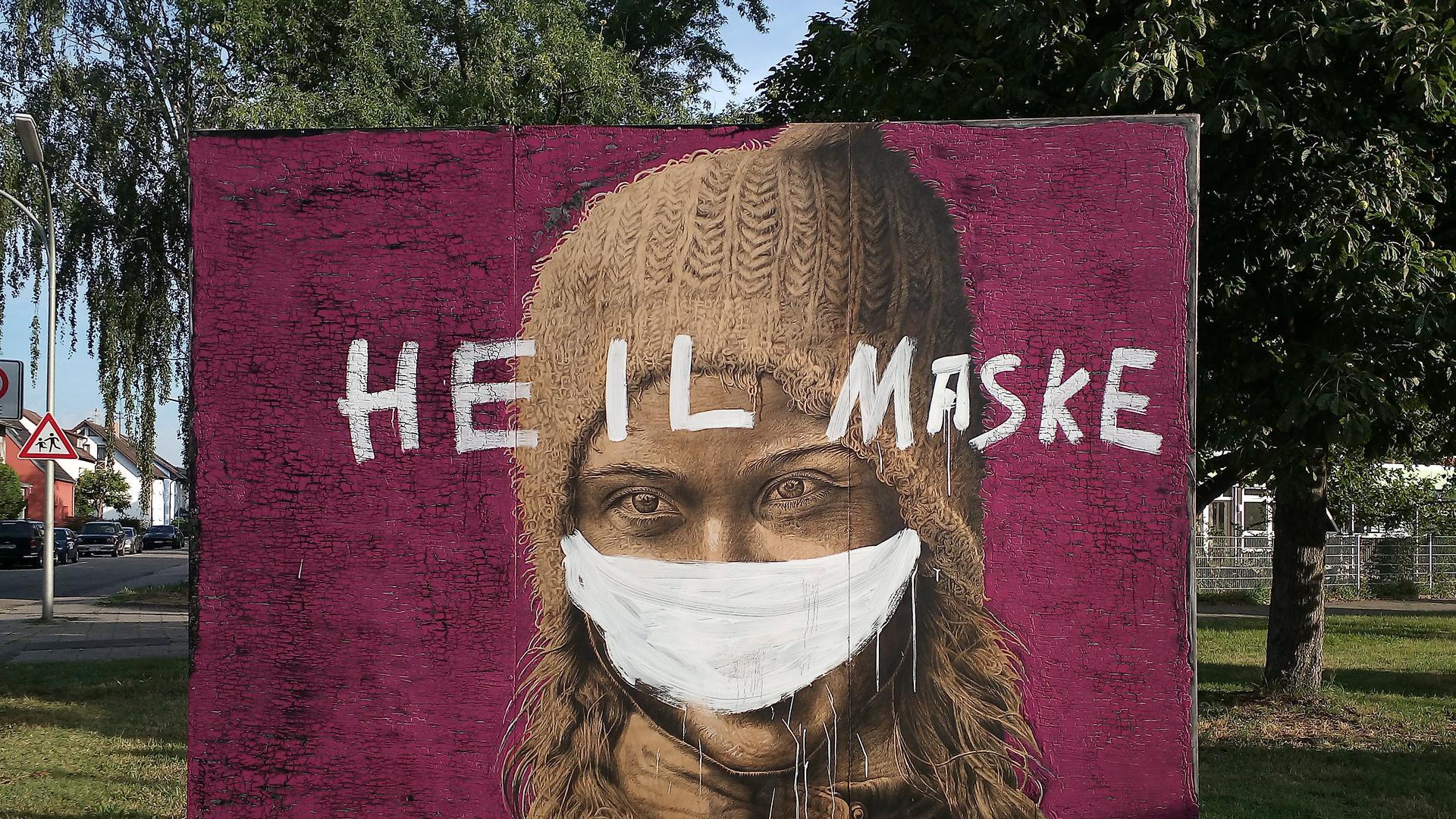 Heil Maske: Mit diesem Schriftzug haben Unbekannte ein Kunst-Plakat in der Karlsruher Nordstadt beschmiert.