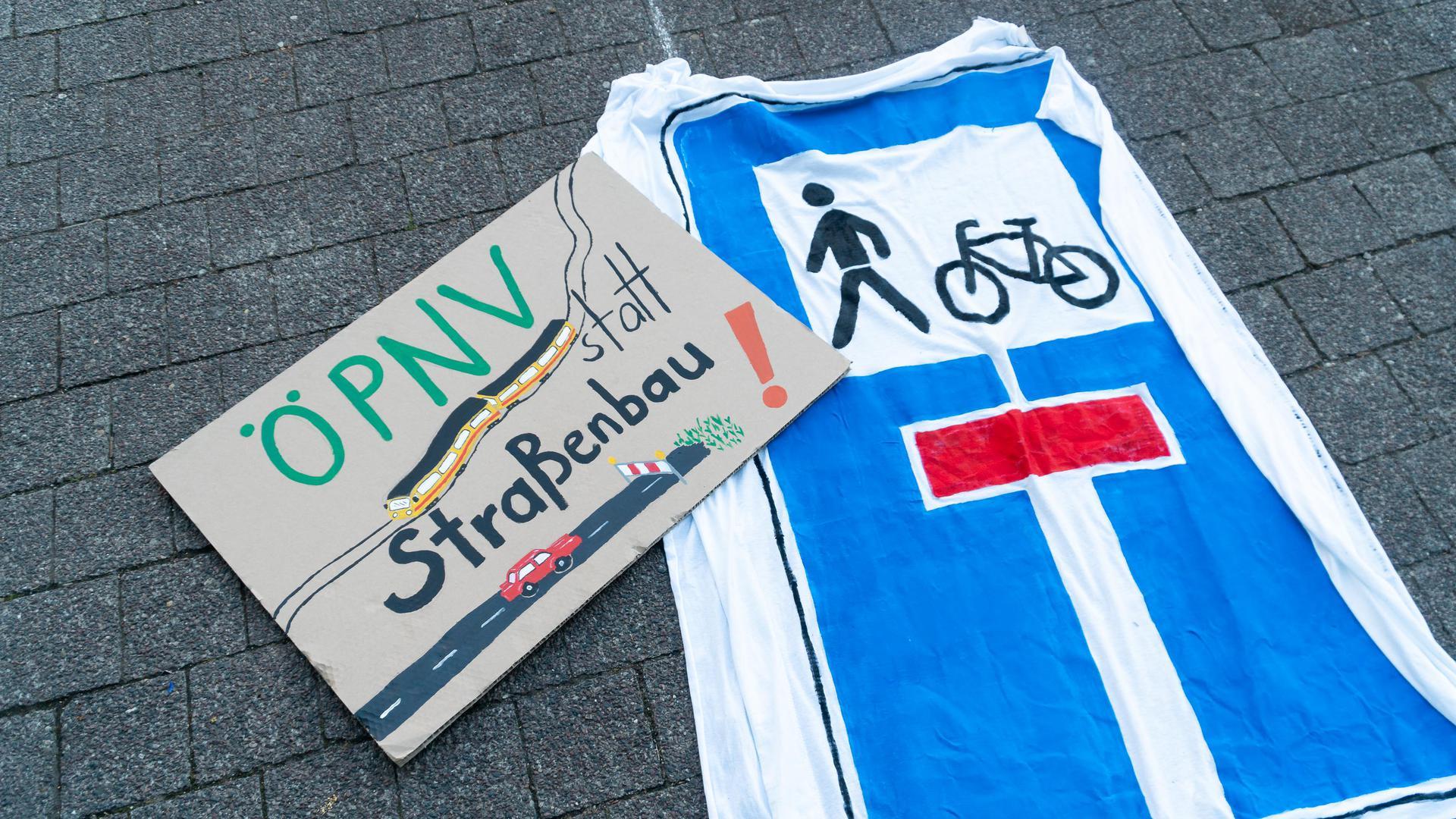 """Mehr ÖPNV, weniger Individualverkehr: Das fordern beispielsweise Aktivisten von Fridays for Future, auch beim """"Parking Day"""" am Freitag in Karlsruhe."""