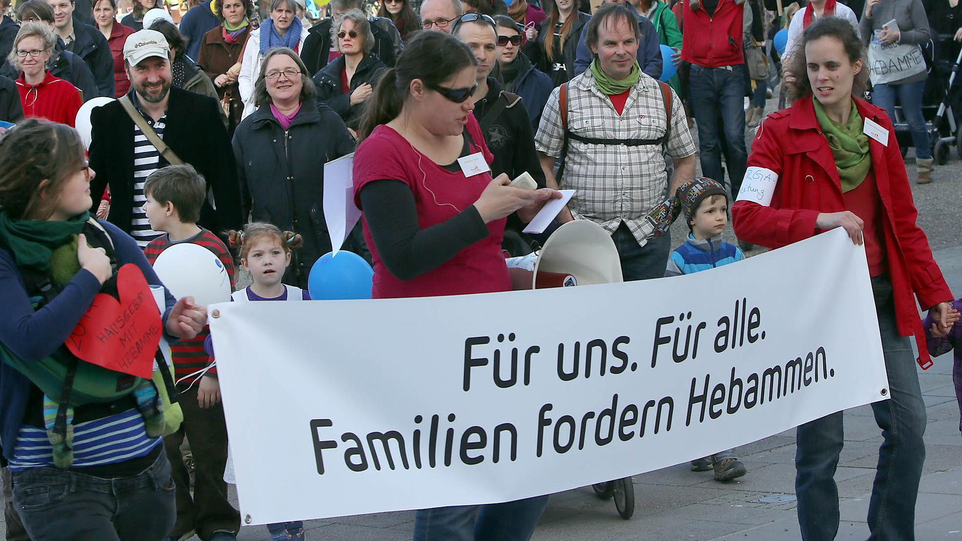 Demo für Hebammen auf dem Karlsruher Schlossplatz