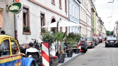 Idyllisch mit Palmen und Olivenbäumchen geschmuckt ist diese Terrasse am nördlichen Ende der Hirschstraße.