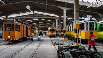 Alte Bahnen stehen in einer Halle