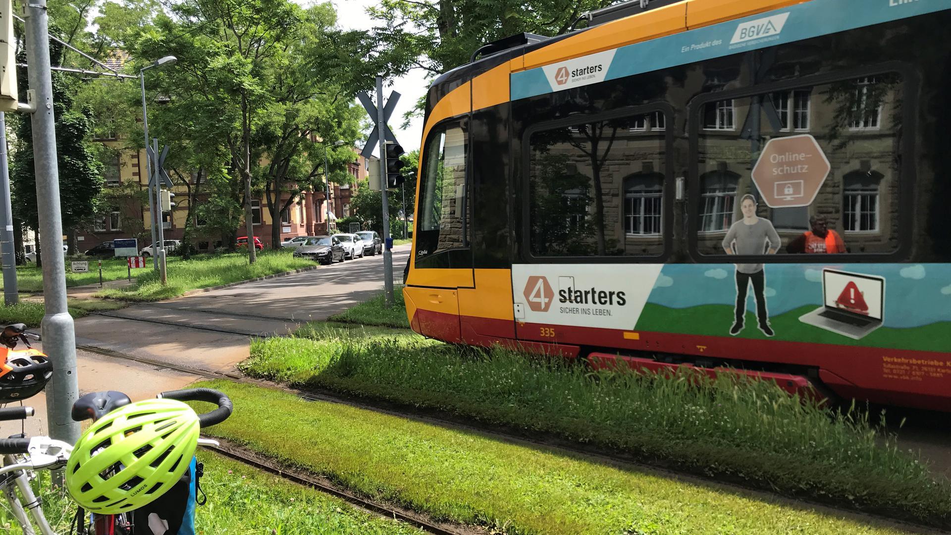 Straßenbahnschiene in der Karlsruher Hoffstraße: In Baden-Württemberg wird immer wieder über kostenlosen ÖPNV diskutiert.