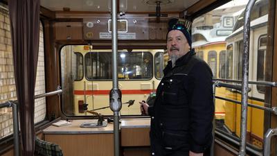 Hans-Jürgen Mai steht im Führerstand einer Holzklasse